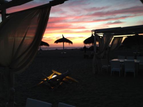 tavoli in spiaggia tramonto